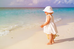 Милая маленькая девочка с сумкой идя на пляж Стоковая Фотография