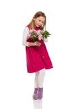 Милая маленькая девочка с цветками сирени Стоковые Изображения