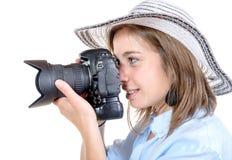Милая маленькая девочка с шляпой фотографирует стоковое фото