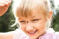 Девушка с ladybird на ее носе стоковые фотографии rf