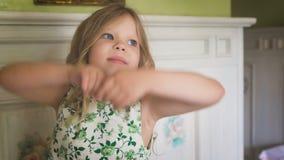 Милая маленькая девочка усмехается акции видеоматериалы