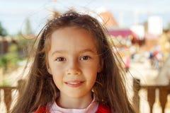 Милая маленькая девочка усмехаясь в конце парка вверх Стоковое Изображение