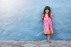 Милая маленькая девочка усмехаясь на камере стоковое изображение