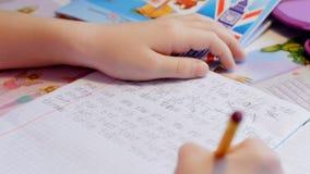 Милая маленькая девочка учит написать на таблице видеоматериал