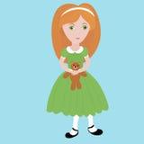 Милая маленькая девочка шаржа при оранжевые волосы нося зеленое платье держа малый плюшевый медвежонка ребенок счастливый Бесплатная Иллюстрация