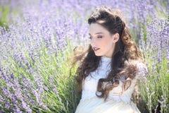 Милая маленькая девочка Outdoors в поле цветка лаванды стоковое изображение