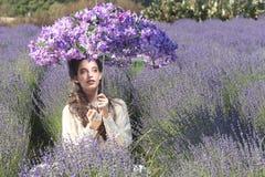 Милая маленькая девочка Outdoors в поле цветка лаванды стоковые изображения rf