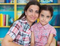 Милая маленькая девушка preschool с ее матерью стоковое изображение rf