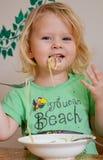 Милая маленькая еда ангела младенца Стоковая Фотография RF