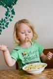 Милая маленькая еда ангела младенца Стоковые Фотографии RF