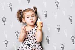 Милая маленькая милая игра девушки мороженое игрушки стоковые изображения rf