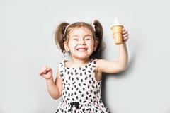 Милая маленькая милая игра девушки мороженое игрушки стоковое фото