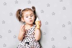 Милая маленькая милая игра девушки мороженое игрушки Стоковое Изображение
