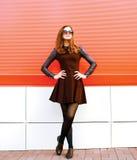 Милая модель женщины в платье и солнечных очках представляя в городе Стоковые Изображения