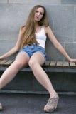 Милая модель молодой женщины на стенде Стоковая Фотография RF