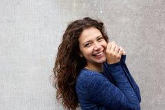 Милая молодая женская модель усмехаясь на камере стоковое фото rf