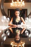 Милая молодая женщина выпивая в ресторане Стоковые Фотографии RF
