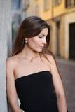 Милая молодая женщина в черных нося украшениях Стоковая Фотография RF