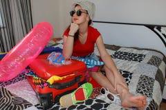 милая молодая женщина в шляпе с чемоданом стоковые изображения
