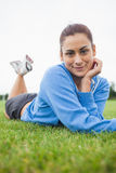 Милая молодая женщина лежа на траве Стоковое фото RF