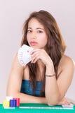 Милая молодая женщина держа играя карточки Стоковое Фото