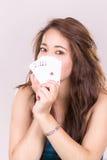 Милая молодая женщина держа играя карточки Стоковое Изображение RF