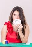 Милая молодая женщина держа играя карточки Стоковые Изображения RF
