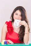 Милая молодая женщина держа играя карточки Стоковая Фотография