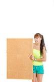 Милая молодая женщина держа пустой усмехаться пробковой доски Стоковое Изображение