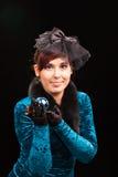Милая молодая женщина держа шарик рождества Стоковое Изображение