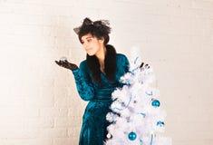 Милая молодая женщина держа шарик рождества Стоковое фото RF