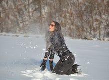 Милая молодая женщина играя с снегом стоковая фотография rf