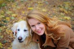Милая молодая женщина идя с ее собакой стоковая фотография rf