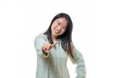 Милая молодая женщина маша ее палец стоковые фото