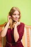 Милая молодая женщина на винтажной софе Способ Стоковая Фотография RF