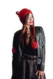 Милая молодая женщина нося руку связала красную шляпу на белой предпосылке изолировано Красивая девушка внутри с щитком уха Стоковое фото RF