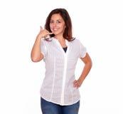 Милая молодая женщина показывая вызывая жест Стоковые Фотографии RF