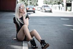 Милая молодая женщина представляя снаружи Стоковое Изображение RF