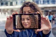 Милая молодая женщина принимает selfie с умным телефоном Стоковое фото RF