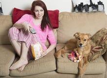 Милая молодая женщина с ее собакой стоковое изображение rf