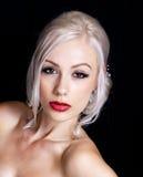 Милая молодая женщина с светлыми волосами вверх стоковое изображение rf