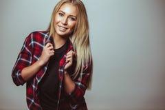 Милая молодая женщина с сладостной улыбкой стоковое фото rf