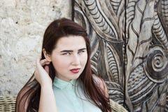 милая молодая женщина с темными длинными волосами и голубыми глазами Стоковая Фотография RF
