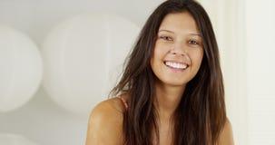 Милая молодая испанская женщина усмехаясь и смеясь над стоковое фото