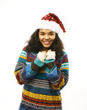 Милая молодая реальная африканская девушка битника в изолированной шляпе santas красной Стоковое Изображение RF