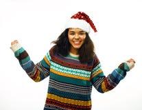 Милая молодая реальная африканская девушка битника в изолированной шляпе santas красной Стоковая Фотография RF