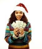 Милая молодая реальная африканская девушка битника в изолированной шляпе santas красной Стоковые Фото