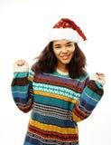Милая молодая реальная африканская девушка битника в изолированной шляпе santas красной Стоковые Изображения