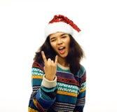 Милая молодая реальная африканская девушка битника в изолированной шляпе santas красной Стоковое Изображение