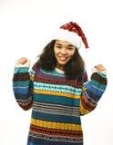 Милая молодая реальная африканская девушка битника в изолированной шляпе santas красной Стоковое фото RF